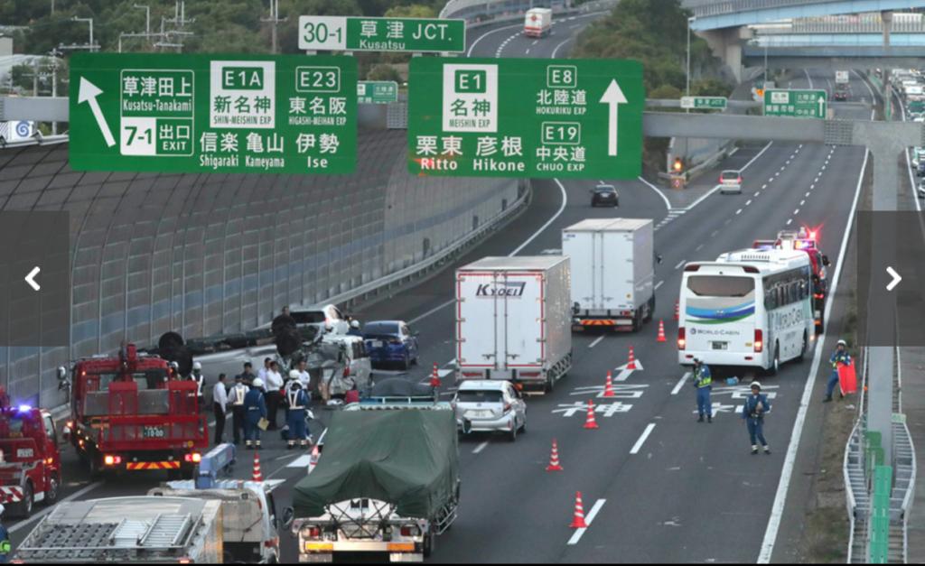 脇見運転で何を見てたの?名神高速道路で大型観光バスが渋滞最後尾に突っ込み17人が死傷した玉突き事故