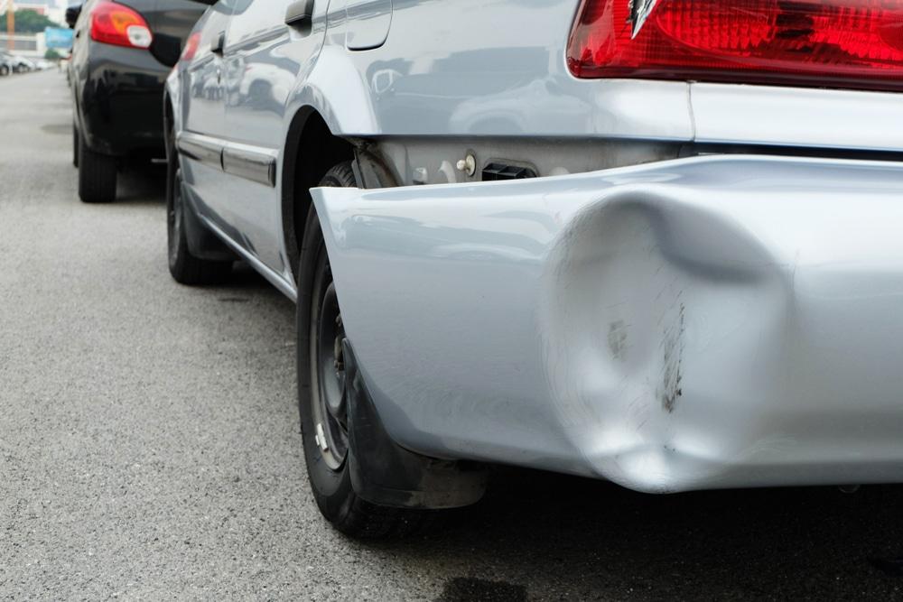 車のバンパーが外れたけどはめるのは簡単?応急処置を解説します!