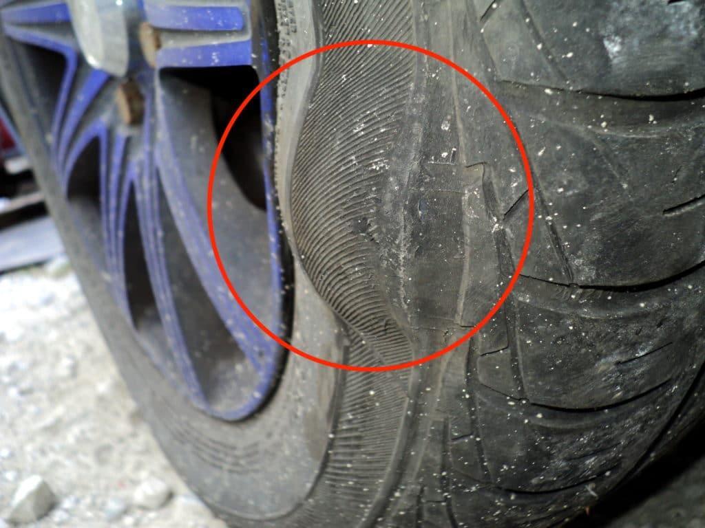 タイヤの側面にこぶができる原因と発見したときの対処法