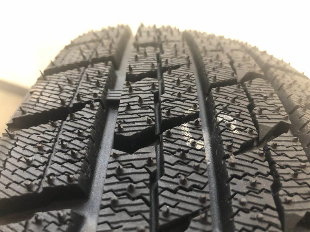スタッドレスタイヤの溝が半分以下になっているかどうかはプラットフォームというもので判断