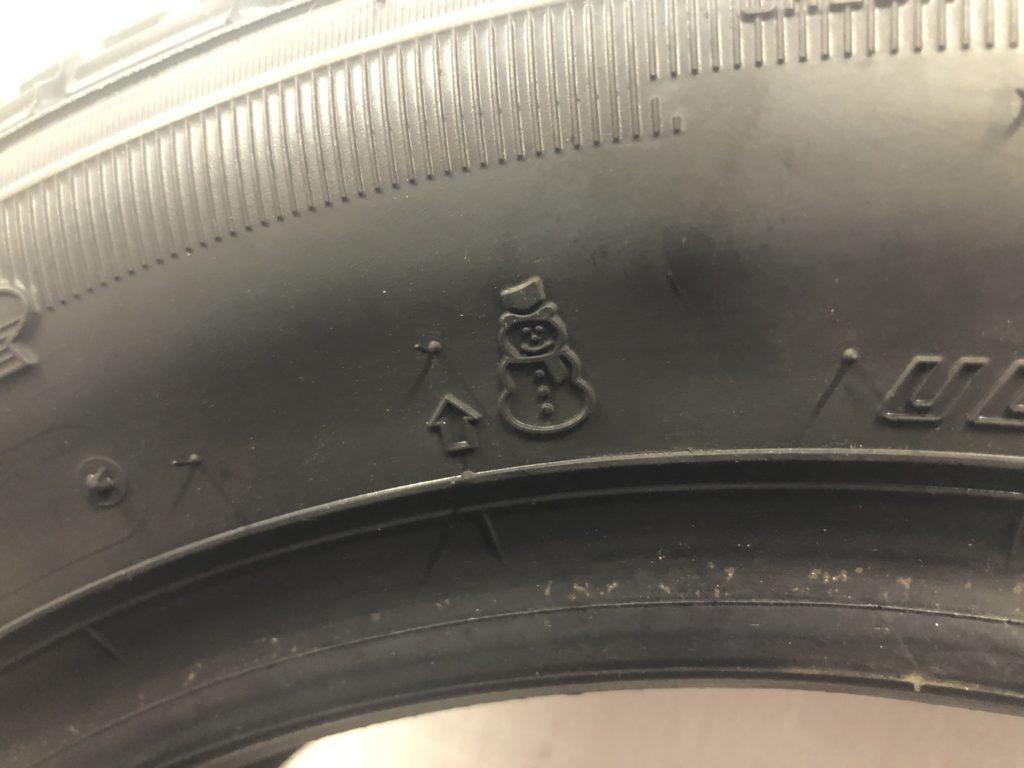 スタッドレスタイヤの側面には写真のような矢印マークがあり、この矢印がプラットフォームの位置を示しています。