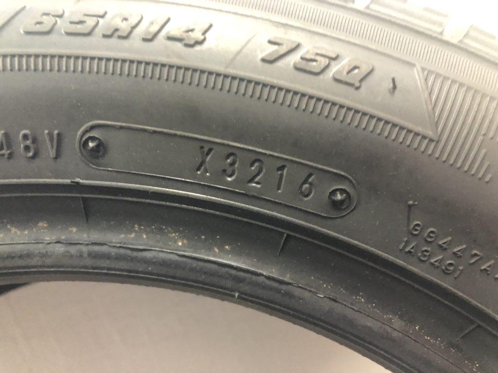 製造年週はタイヤ側面にある写真のような数字を見ればわかります。